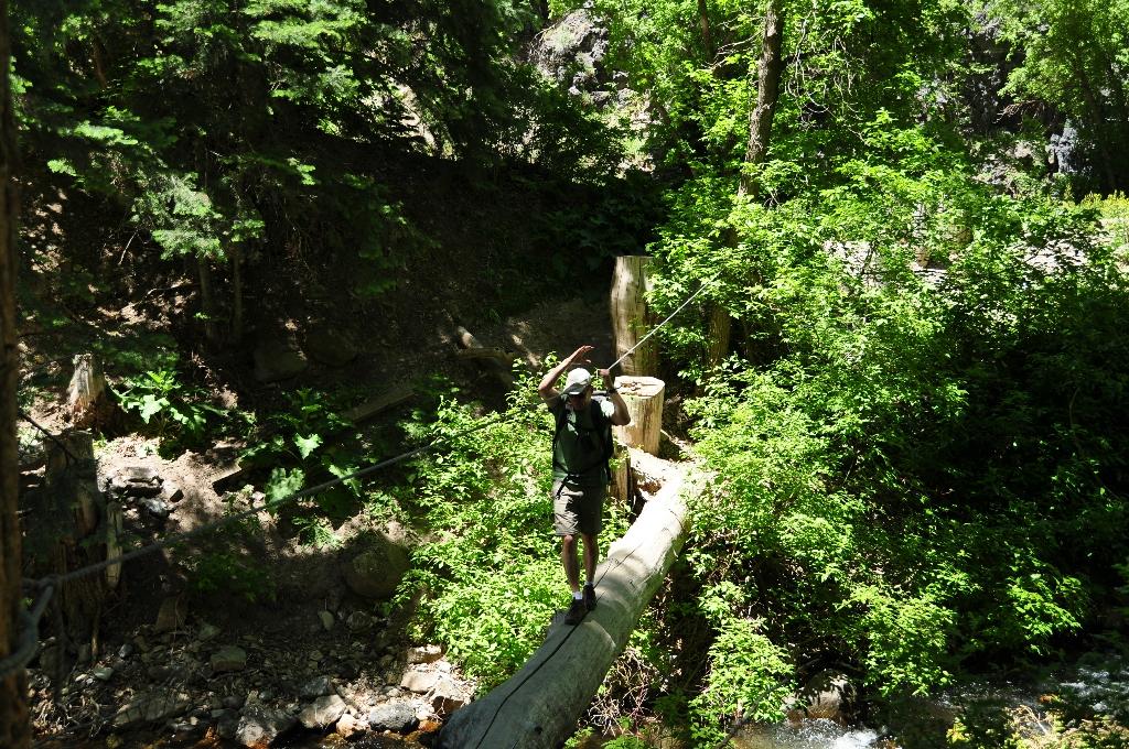 Erik steekt een riviertje over