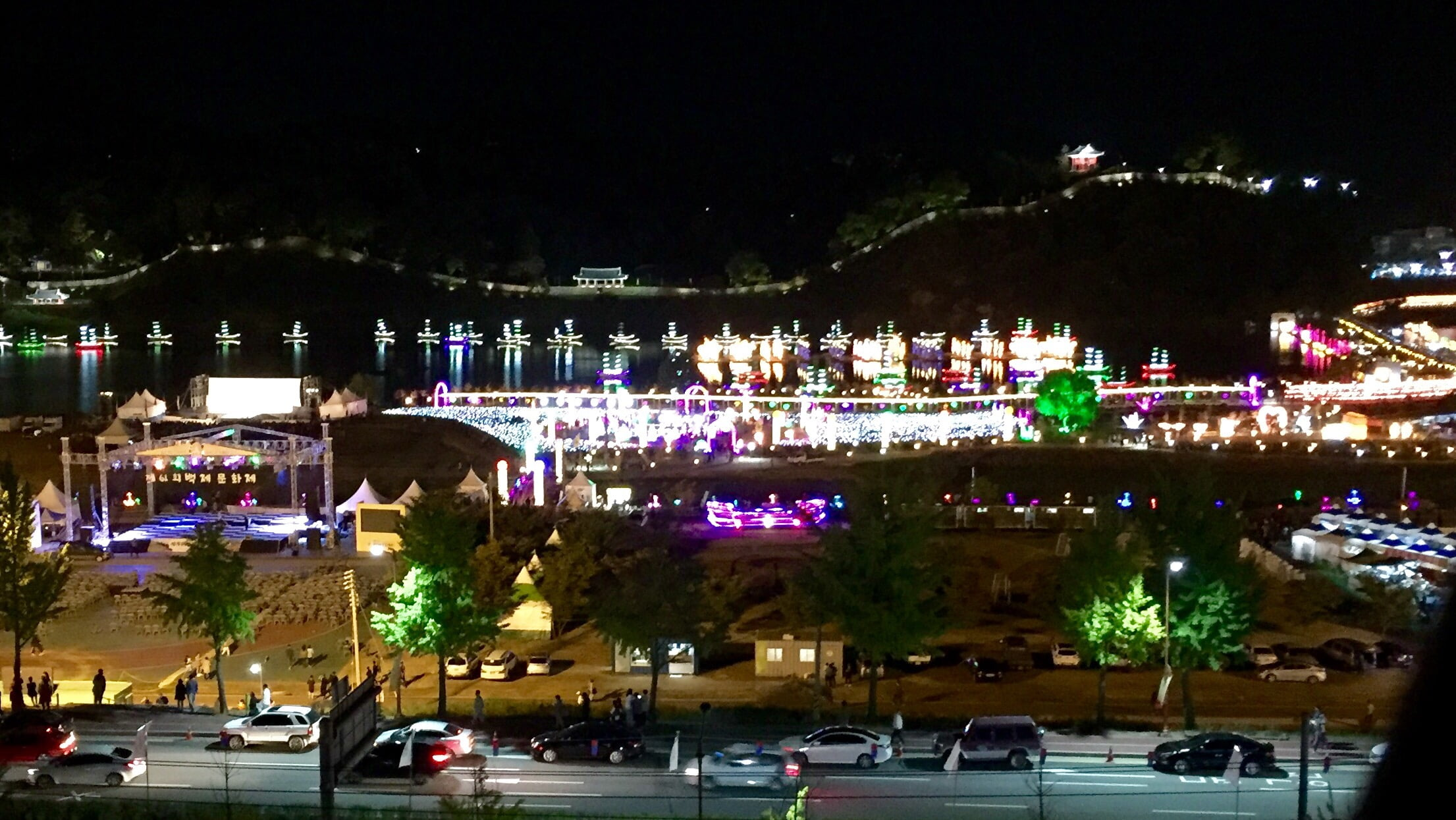 Het Baekje festivalterrein, gezien vanuit ons hotel