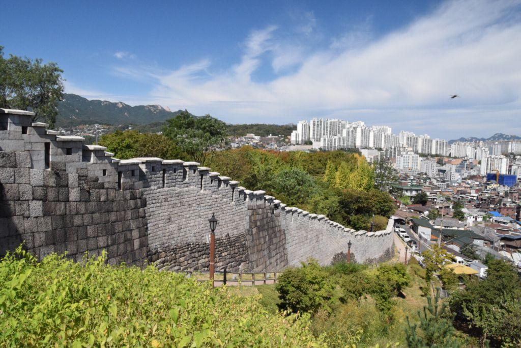 De oude stadsmuur in Seoul