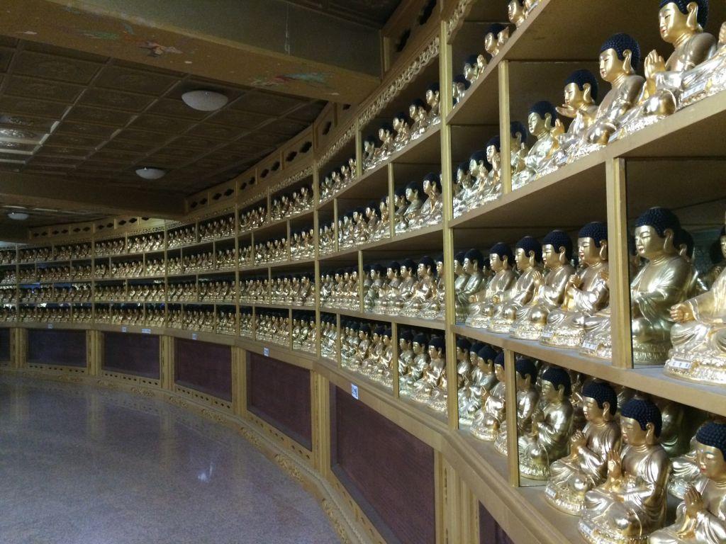 Binnen in sokkel van Geumdongmireukdaebul boeddha