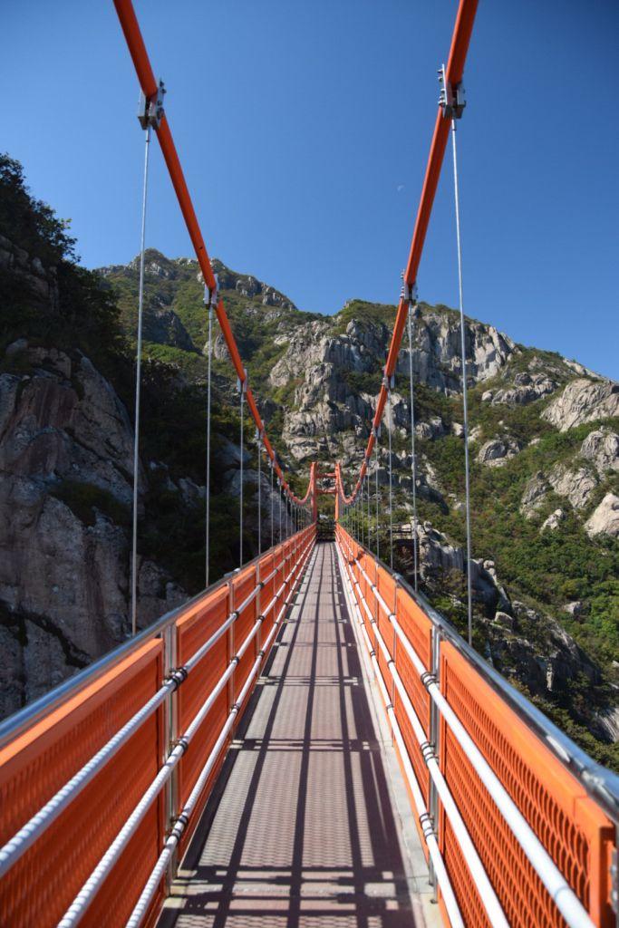 De 54m lange brug hangt 120 boven het dal