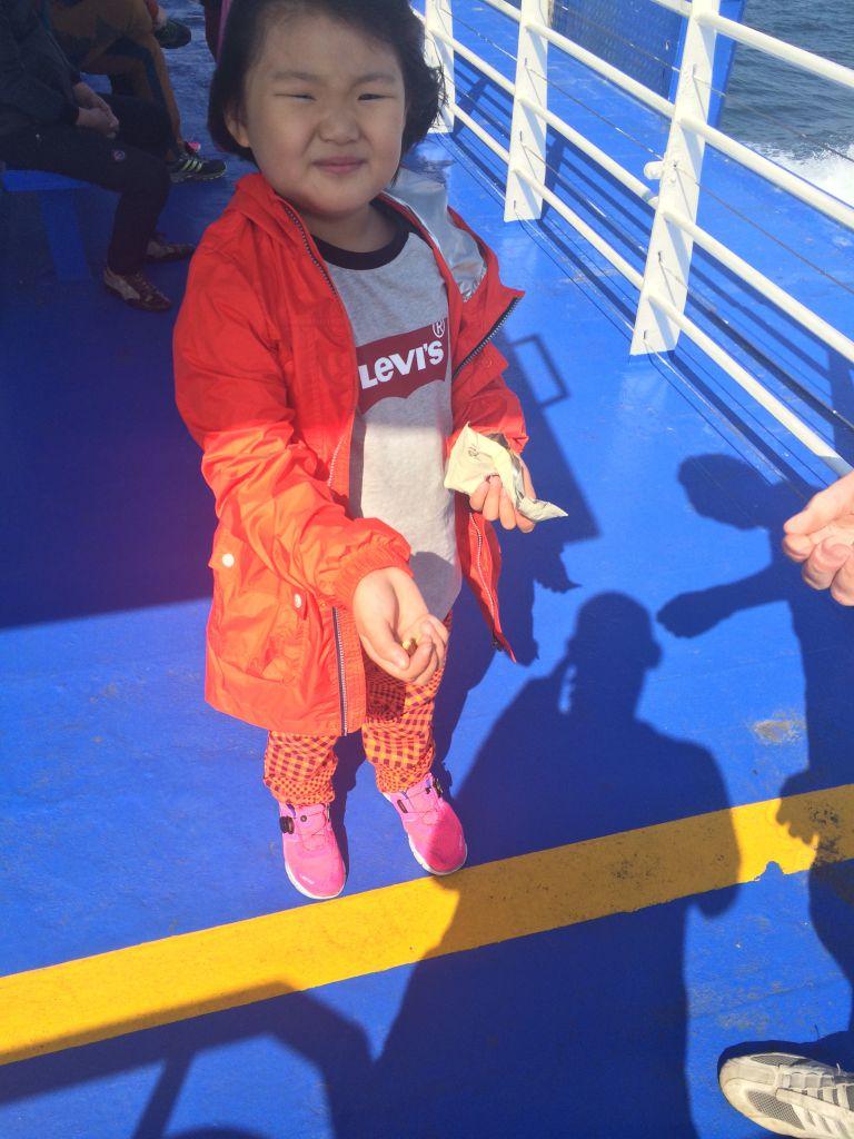 We worden hier zelfs gevoerd. Dit Joreaanse meisje heeft ons de hele rit op de boot achtervolgd. Ze vind het maar wat interessant, die blanke mensen. Maar wel lekker hoor, die chocoladepaddestoelen :)