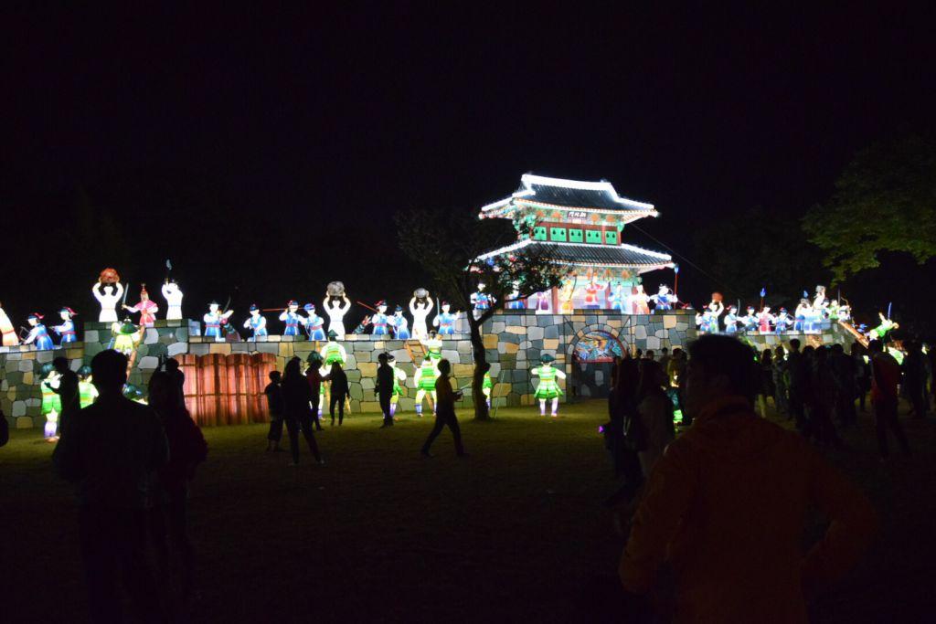 De slag om het fort, uitgebeeld op het Jinju Lantern Festival.