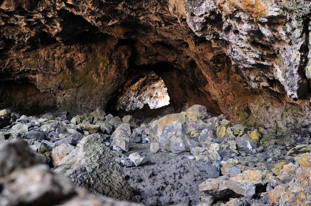 Klauteren over de stenen in Indian Cave. Hier kon je el rechtop staan.